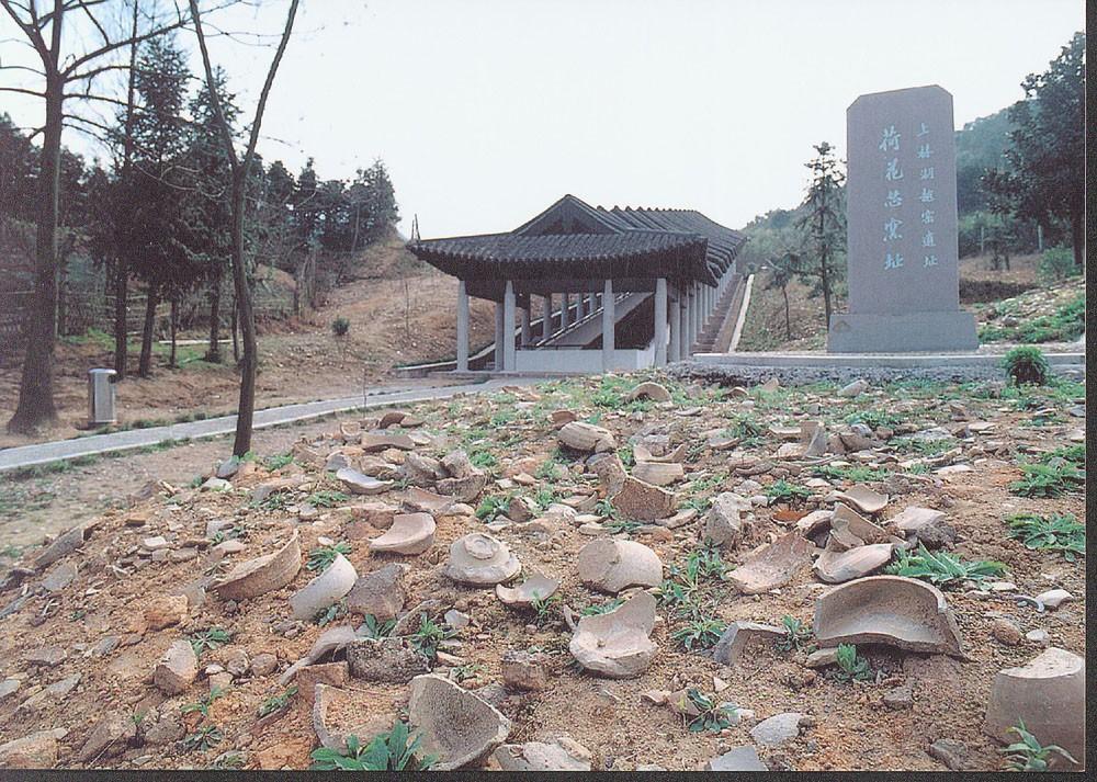 上林湖(荷花芯)保护棚、标志碑图