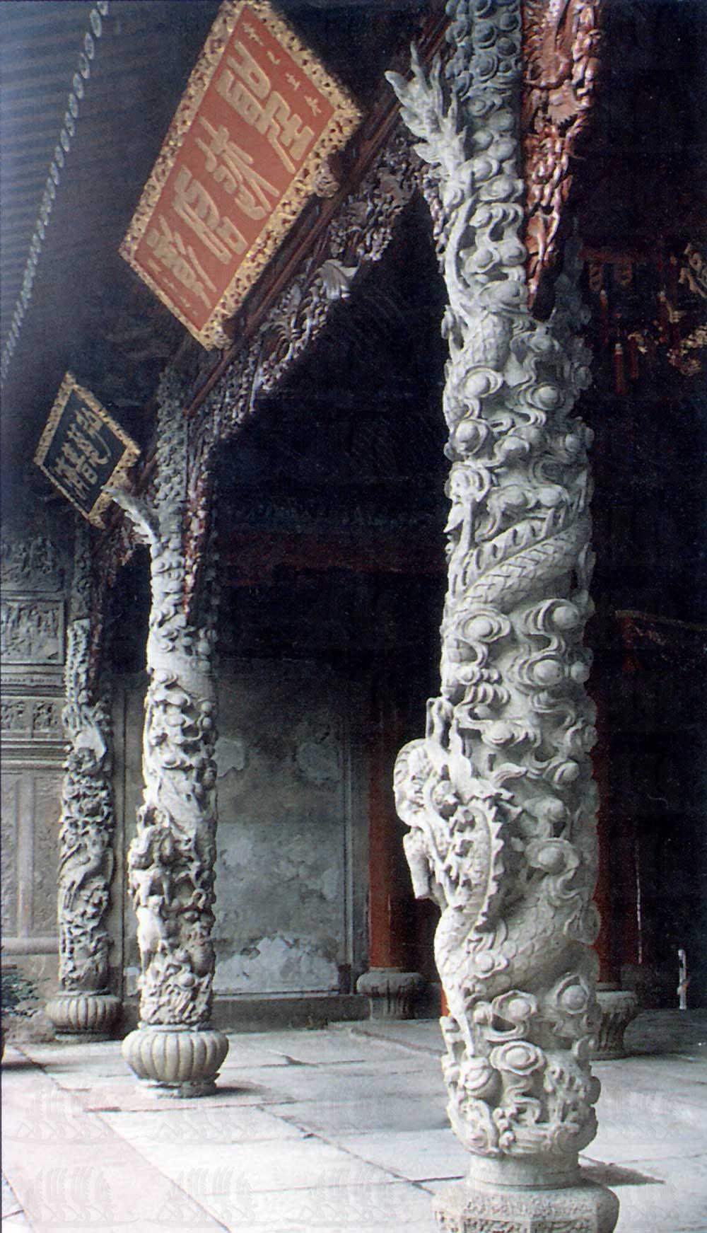大殿石刻龙柱