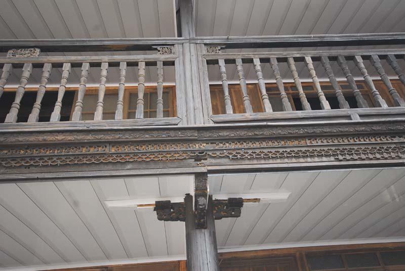 阳台外沿设精雕线条收边,车木栏杆.