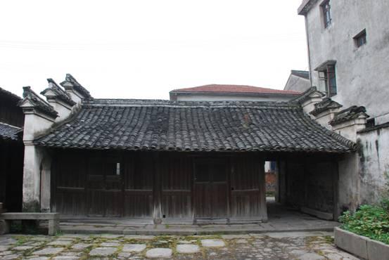 村委会南侧,由坐北朝南主楼及东西厢房组成单独院落.